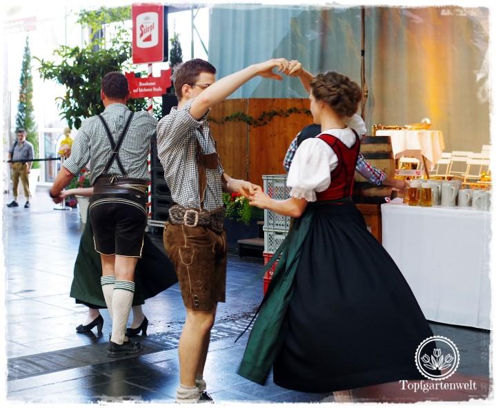 Gartenblog Topfgartenwelt Salzburger Dult 2017: Brauchtumsgruppe bei einer Vorführung auf dem größten Volksfest in Salzburg