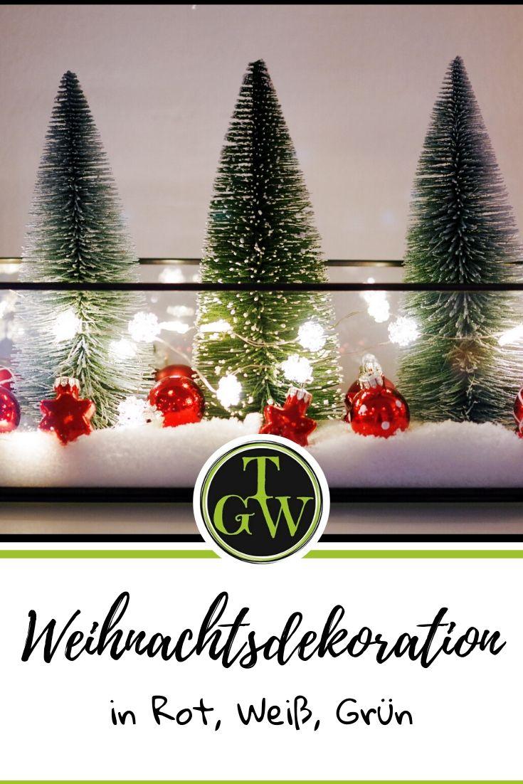 Weihnachtsdeko für Hauseingang, Wohnzimmer und Garten in rot, weiß und grün. Ideen für einen Adventskranz. Am Tisch viele Kerzen. Weihnachten pur! #weihnachtsdeko #rot #festlich