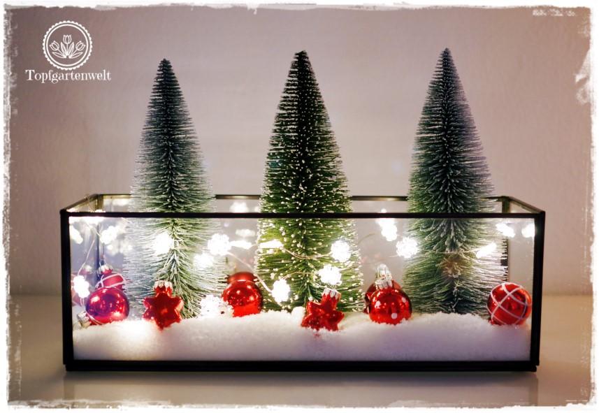 Gartenblog Topfgartenwelt festliche Weihnachtsdekoration in Rot und Weiß + Rezept Flammkuchen: Tannenbäumchen mit Kugeln Kunstschnee und Lichterkette