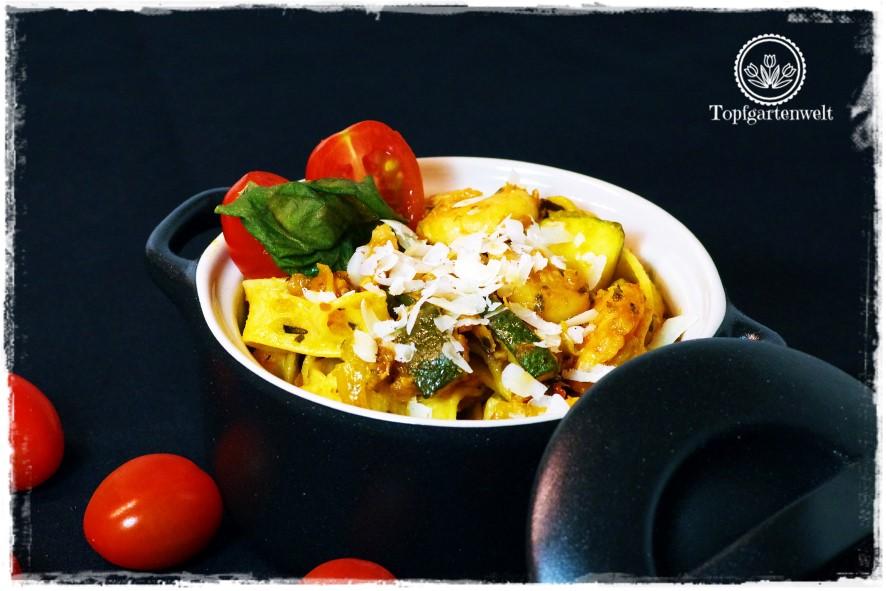 Pasta mit Räucherlachs, Shrimps und Zucchini in würziger Tomatensauce!