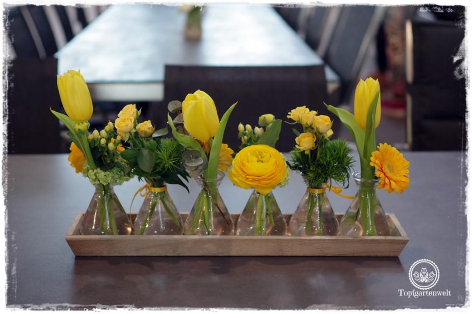 Gartenblog Topfgartenwelt Bloggertreffen Gartenmesse Stuttgart 2018: Blumenarrangement in kleinen Vasen gelb