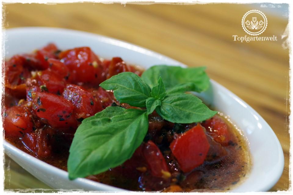 Tomaten-Bruschetta aus frischen Tomaten mit Basilikum, Olivenöl, Salz und Pfeffer - Foodblog Topfgartenwelt