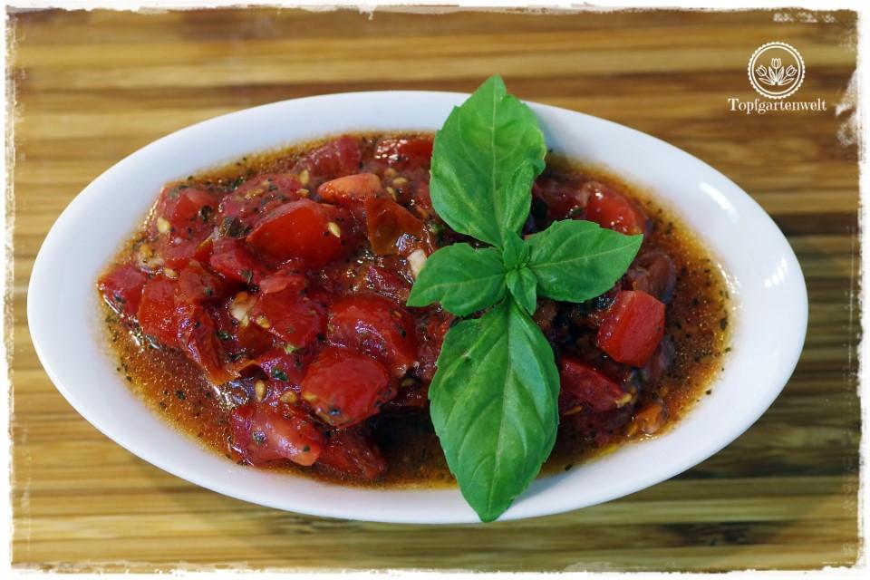 einfacher italienischer Brotbelag - Tomaten-Bruschetta mit Knoblauch - Foodblog Topfgartenwelt