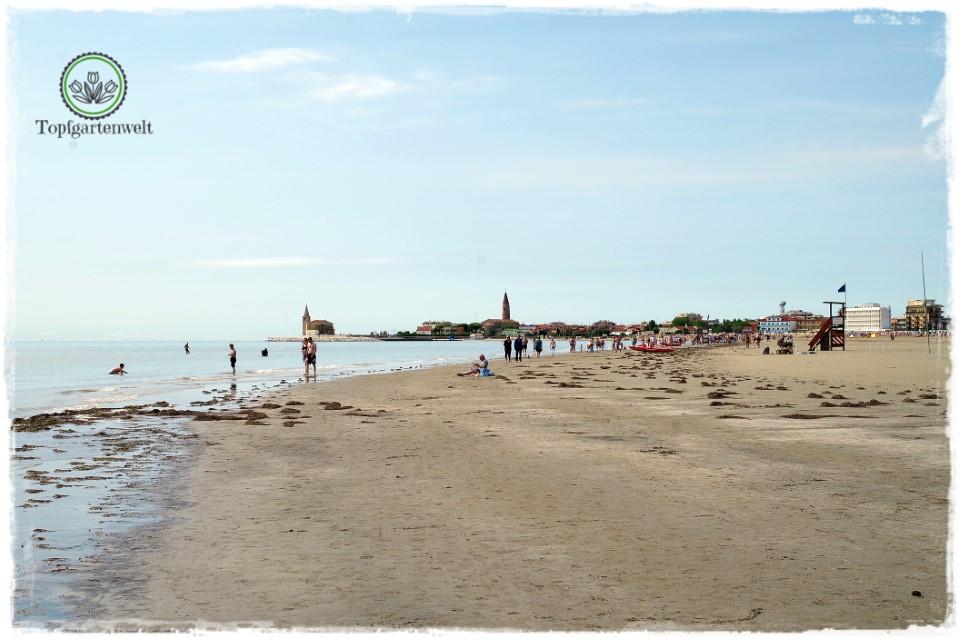 Caorle im Herbst Strandsapziergang mit Blick auf die Fischerkirche - Gartenblog Topfgartenwelt