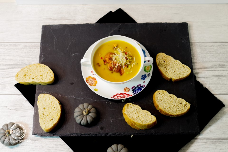 Kürbissuppe Butternuss mit Kokos Koriander Sprossen und Garnelen - Foodblog Topfgartenwelt