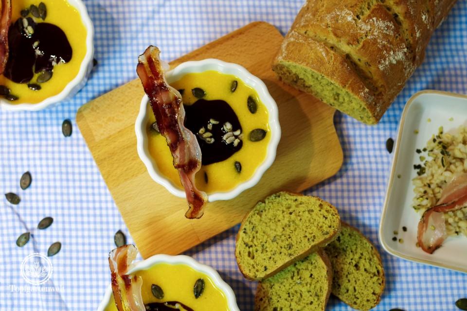 Steirische Kürbiscremesuppe mit Kürbiskernöl und Crème Fraiche!
