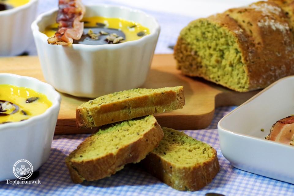 Kürbiscremesuppe mit Crème Fraiche Kernöl und Kürbiskernen - Foodblog Topfgartenwelt