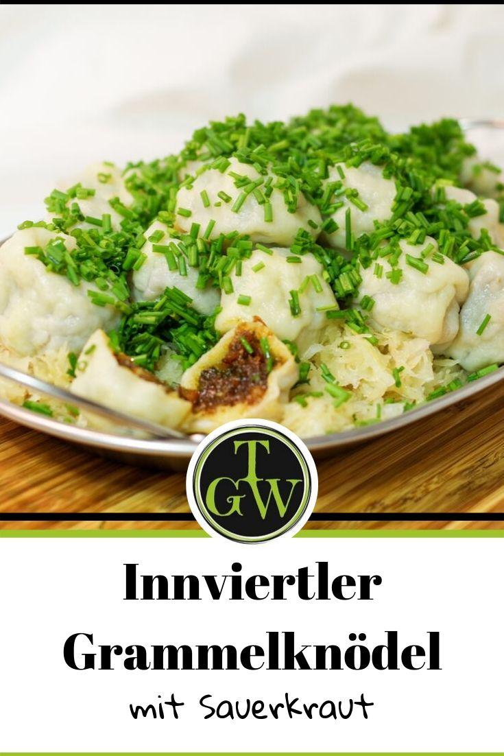 Innviertler Grammelknödel mit Sauerkraut gehören zur klassischen Hausmannskost in Oberösterreich. Sie sind auch ein beliebtes Essen auf der Skihütte. Neben dem Rezept findest Du eine einfache Anleitung zum Formen von Knödeln. #topfgartenwelt #grammelknödel #hausmannskost