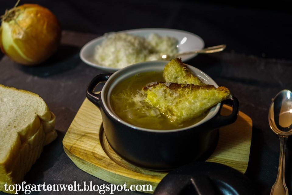 Französische Zwiebelsuppe mit Käsecroutons und Wein aus La Cuisine de Paris! - Topfgartenwelt