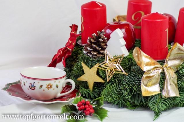 Adventkranz mit vier roten Kerzen und weißer, goldener Deko - Blog Topfgartenwelt